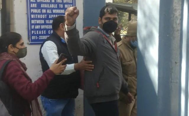दिल्ली पुलिस ने सिंहू में किसानों के विरोध स्थल पर दो पत्रकारों का पता  लगाया – The Click News