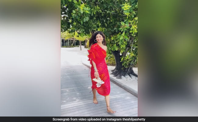 Shilpa's glamorous style in red outfits, seen running on the beach, see video