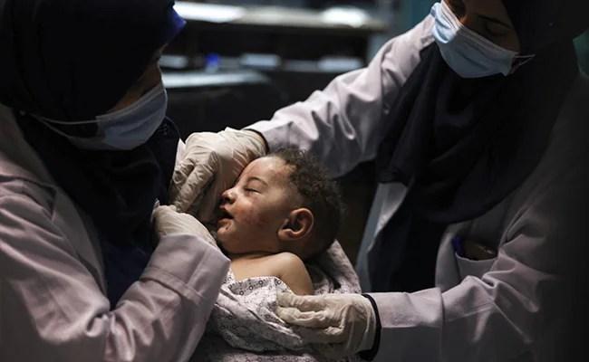 इजरायली हमले में मारी गई मां की गोद से बचाया गया 5 महीने का बच्चा, रोते हुए पिता बोले- 'दुनिया में बस तुम मेरे'