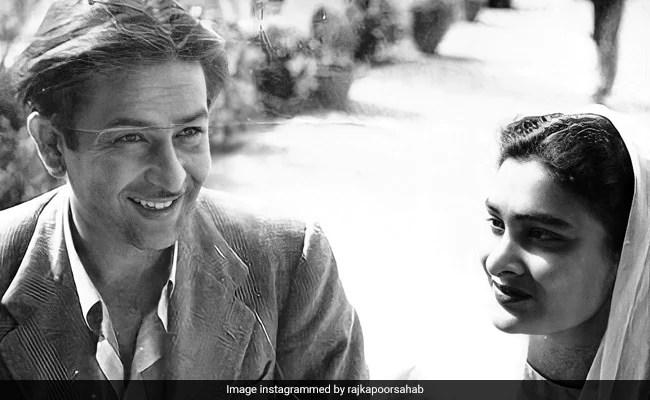 यहाँ? राज कपूर और पत्नी कृष्णा की एक पुरानी तस्वीर, सौजन्य करिश्मा कपूर