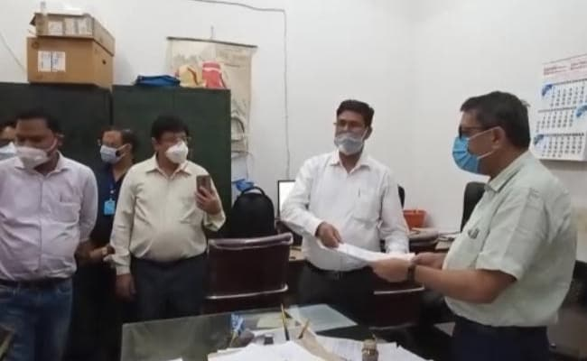 यूपी : 'कोविड रिव्यू' बैठकों से तंग आकर कई सरकारी डॉक्टरों ने दिया इस्तीफा, कहा- 'बलि का बकरा बना रहे'