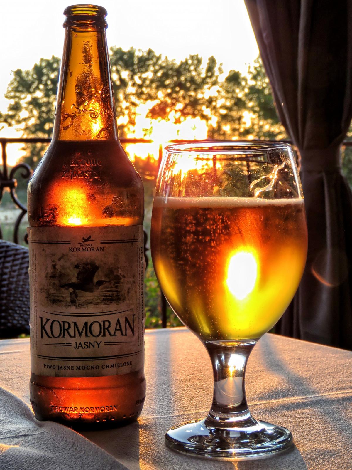 Gambar  matahari terbenam kaca minum botol alkohol