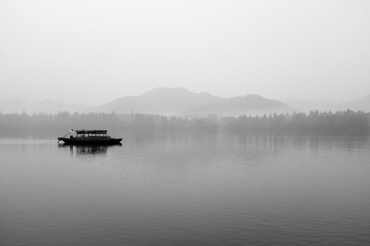 Gambar  laut hitam dan putih danau sungai refleksi