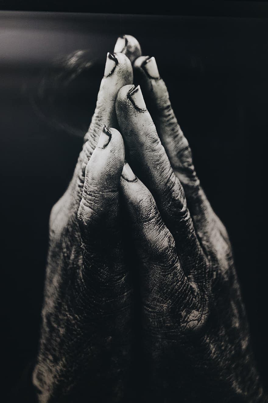 mains mains en priere gris foi