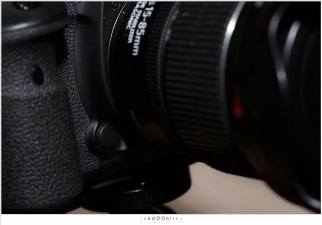 De scherptedieptecontrole knop. Deze is van de Canon EOS 7D mark II. Hiermee is de scherptediepte te controleren. Je kunt deze dus ook gebruiken om de hyperfocale afstand te vinden.