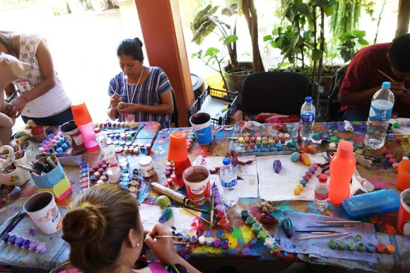 At this table, *alebrijes* makers train to gather experience.
