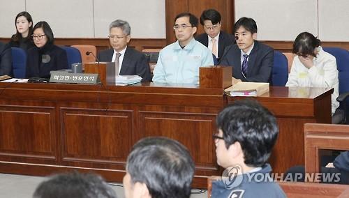 Chang Si-ho (izda.), sobrina de Choi Soon-sil (dcha.), comparece, el 17 de enero de 2017, ante el Tribunal del Distrito Central de Seúl.
