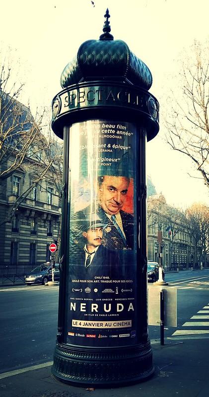 """Affiche du film chilien """"Neruda"""" sur une colonne Morris"""