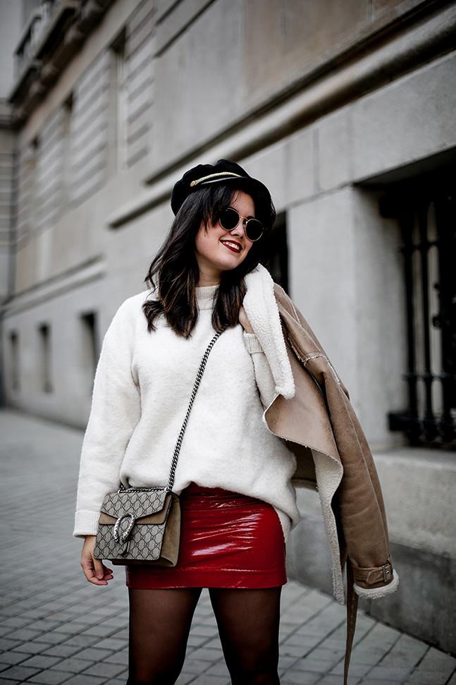 falda charol rojo chaqueta borreguillo botas militares terciopelo stradivarius streetstyle8