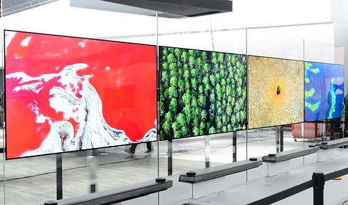 Las pantallas OLED brindan colores mas vivos, explicaron en la conferencia de prensa.