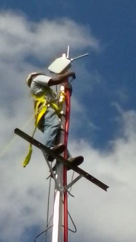 CANTV instalando la anten profesional WiFi de Huawei.