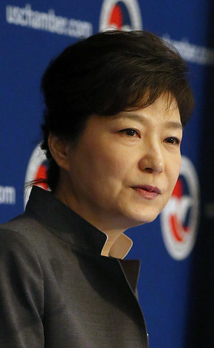 Ex Presidenta de Corea del Sur, se le acusa junto a su sobrina, de montar una red para extorsionar a las empresas de su país