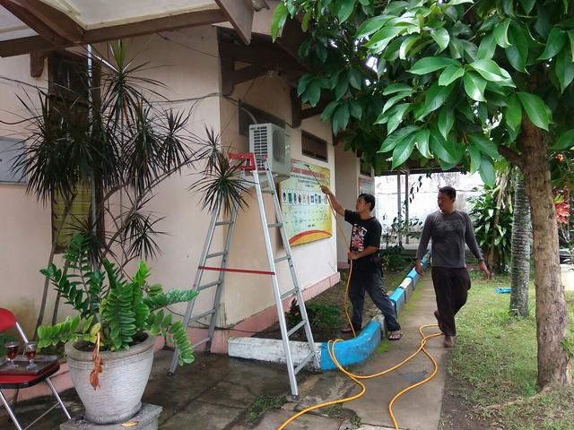 Pekerja Tengah Melakukan Perawatan Pendingin Ruangan di Kantor KPU Tulungagung (1/2)