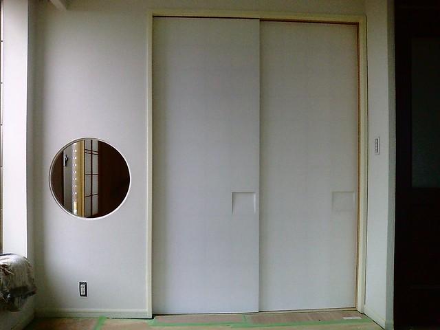 Sliding Paper Door 太鼓張り襖をベースに作った、うちのオリジナルの襖です。 普通は右側が手前に