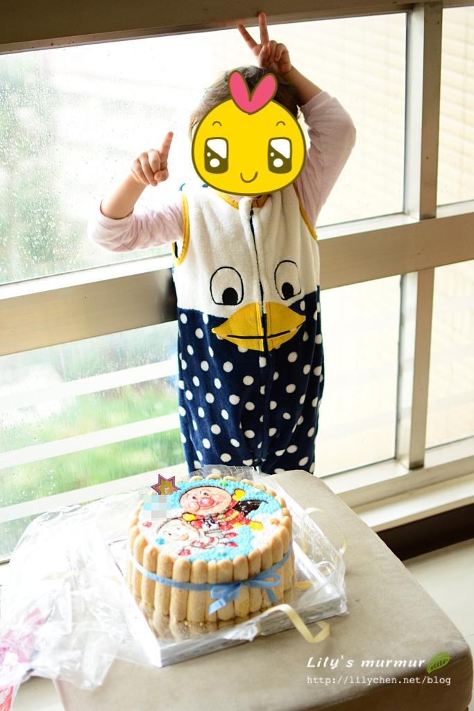圖說:要把蛋糕帶去學校前,幫小妮跟蛋糕拍一張照。