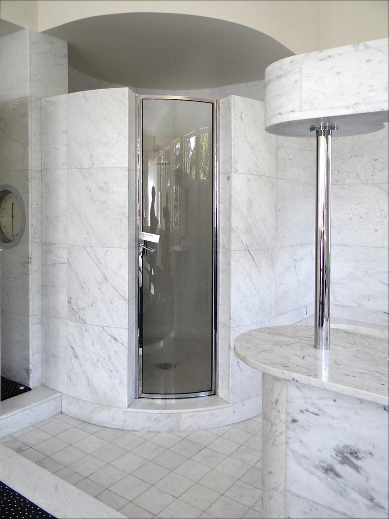 Le coin de la douche dans la salle de bains Villa Cavrois  Flickr