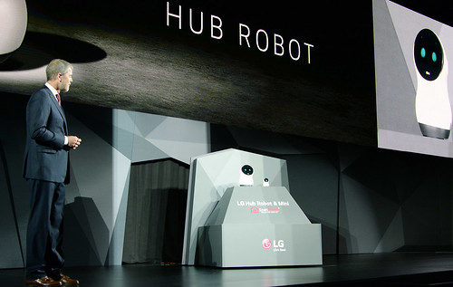 Presentando al robot en la conferencia del CES 2017.