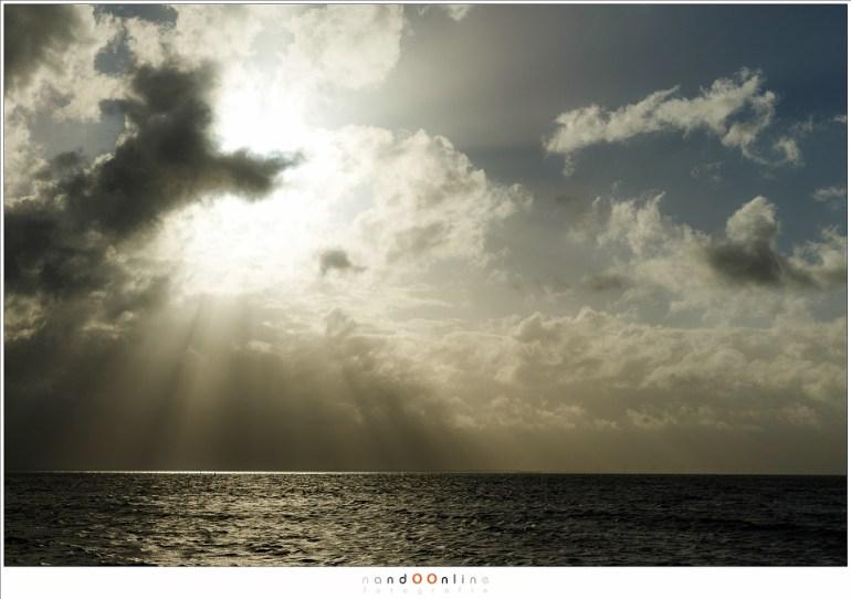 De wolken braken boven het IJsselmeer en gaven ruimte aan de zon.