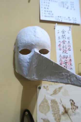她黏了一個中世紀黑死病的「瘟疫醫生」面具(13.3ys)