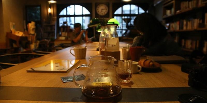 【咖啡館】台東「食冊café書店」:安安靜靜,就像是自己的書房