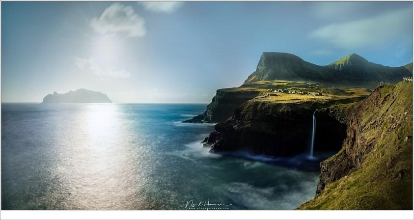 Faeröer eilanden - deel 2, Mulafossur en het dorp Gásadalur erboven, met aan de horizon het eiland Mykines; dichtbij maar onbereikbaar op dat moment. (panorama van twee 16mm opnamen | ISO50 | f/11 | 30 sec | big stopper)
