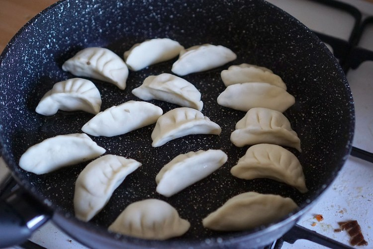 RECIPE: gluten free dumpling wrappers made from scratch with glutinous rice flour and Schar Mix It Universal gluten free flour blend - cooking process | gluten free dumplings | gluten free gyoza | gluten free Chinese recipes | gluten free Japanese recipes | gluten free potsickers