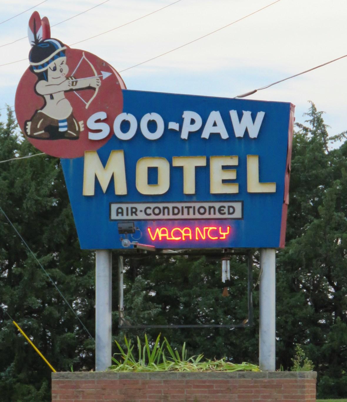 Soo-Paw Motel - U.S. 34, Trenton, Nebraska U.S.A. - August 25, 2016
