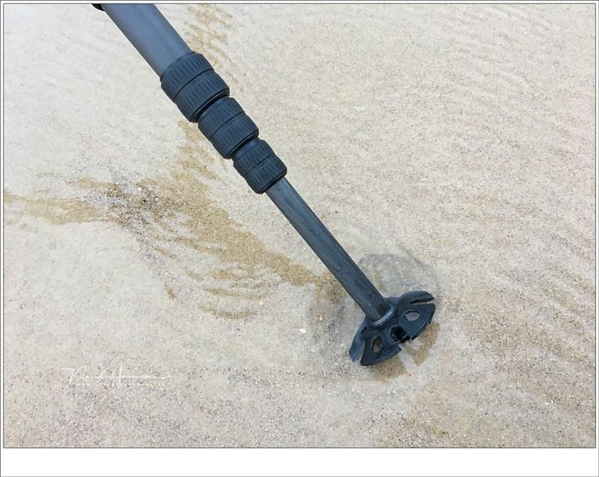 Sommige statieven hebben schoteltjes als accessoire die zorgen voor een groter oppervlak, en een kleinere kans op het wegzakken. Heb je geen schoteltjes, gebruik dan een platte steen, een CD'tje of wegwerp bekertjes waar je de statiefpoot in zet.