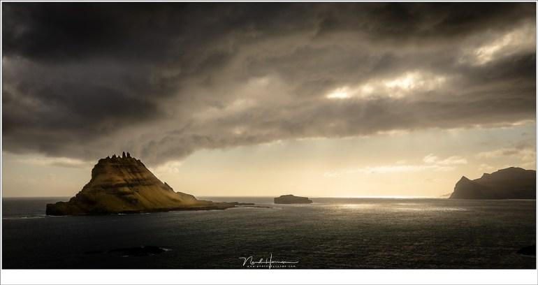 Het eiland Tinthólmur en Mykines, in een spel van licht en schaduw