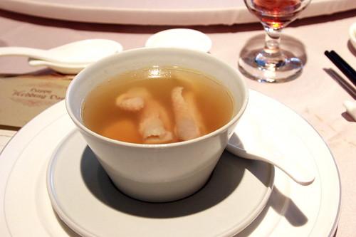 鮑魚燉雞湯 | 第九道是鮑魚雞湯 這道關門菜與之前的魚翅湯同樣份量十足。端的是既鮮且甜。裡面還有放一些 ...