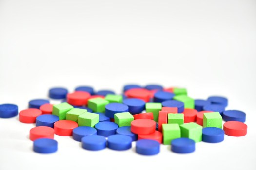 藍色為雨水圓片,紅色為泥巴圓片,綠色為汙染方塊