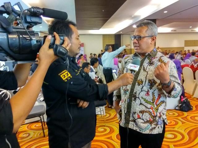 Komisioner KPU RI Arief Budiman melayani wawancara dengan pers disela Rapim di Grand Surya Hotel Kediri (9/2)