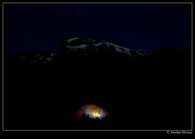 Foto nocturna del campamento en la ruta hacia la cumbre del Kilimanjaro