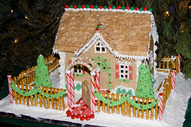 BX815 Gingerbread House  Display of gingerbread houses at