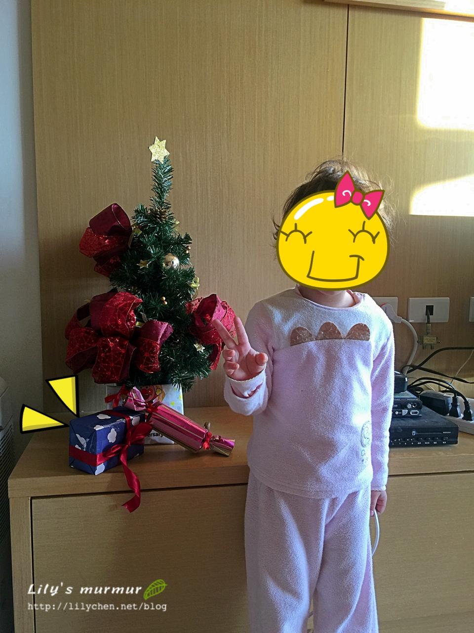 小小的耶誕樹跟弱弱的禮物,但小妮卻很開心呢!
