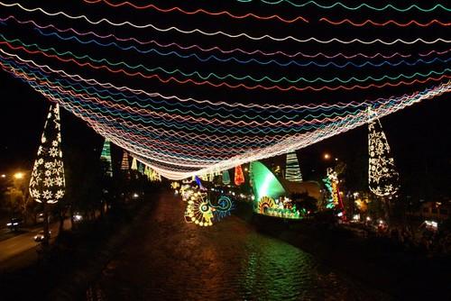 Iluminacin navidea en rio Medelln serie  Decoracin