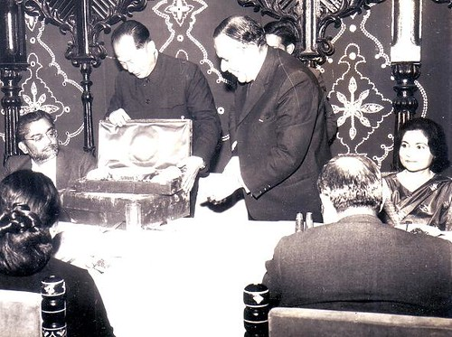 Jam Sadiq Ali looks at souvenirs for the Chinese envoy