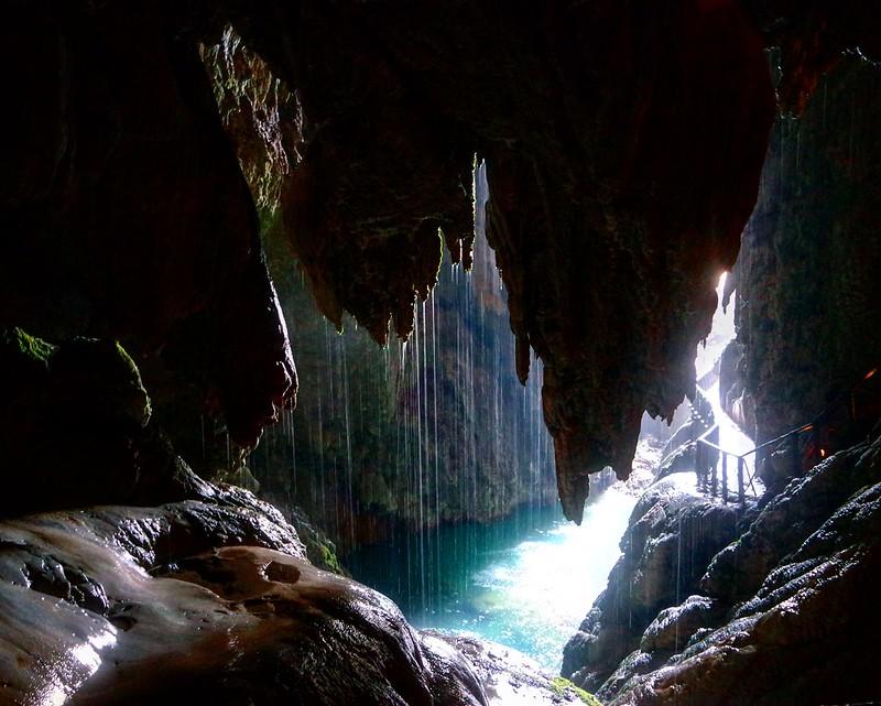 Cueva bajo la Cola de Caballo, río Piedra