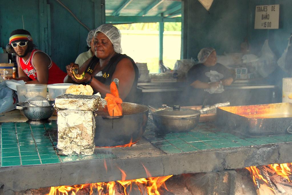 Cocina playera  Friendo alcapurrias en Piones Puerto
