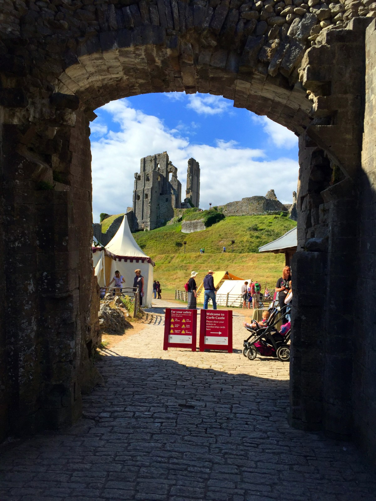 "Corfe Castle - La Bruja Novata - Inglaterra castillo de corfe Escenarios de ""La Bruja Novata"" – Castillo de Corfe 32022193984 0f4130709e o"