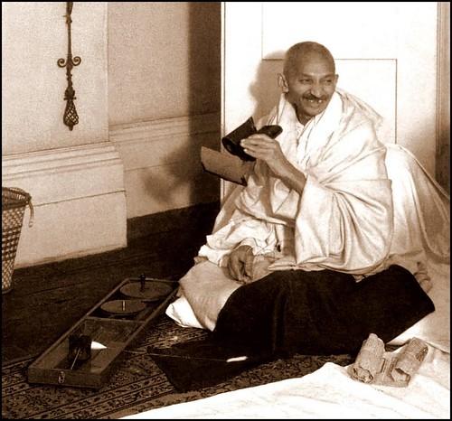 T Letter Wallpaper 3d 3 D Maniac Mahatma Gandhi Looking At Stereoviews Of