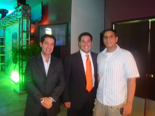 En uno de los tantos lanzamientos de BlackBerry en Maracaibo, en el extremo derecho, Valmore León Molero; en el opuesto a Miguel Santana.