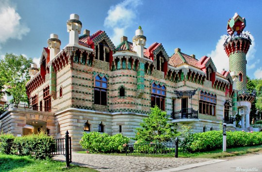 Znalezione obrazy dla zapytania El Capricho de Gaudi