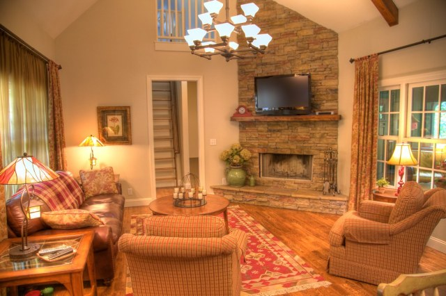 Cottage Model Living Room   Gorgeous cathedral ceilings ...