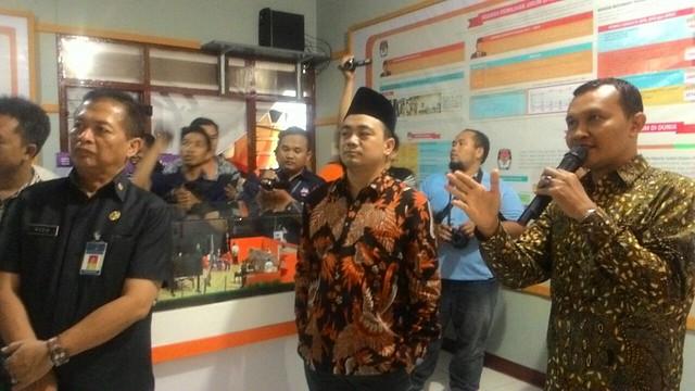 Moh. Arbayanto (tengah) ketika peninjauan lokasi RPP Reyog Kendhang KPU Tulungagung (31/3)
