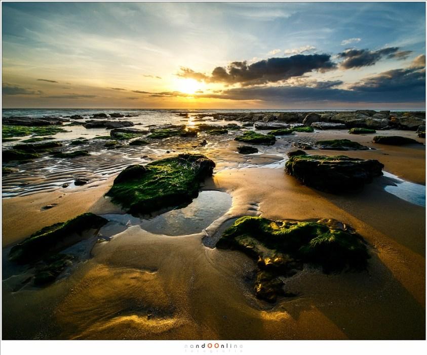 Het strand van de Opaalkust tijdens zonsondergang, vastgelegd met de Laowa D-dreamer 12mm f/2,8 zero-D