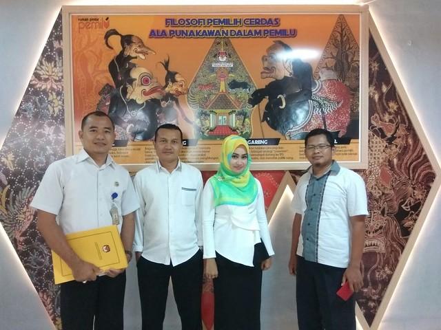 Tim KPU Tulungagung Foto bersama petugas RPP Punakawan