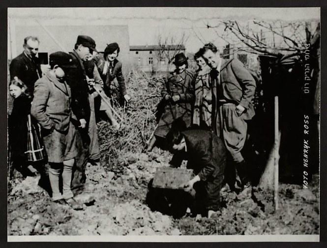 holocaust-lodz-ghetto-photography-henryk-ross-30-58e2061298fd8__880
