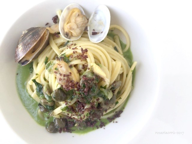 linguine con scarole capperi friti polvere di olive e vongole