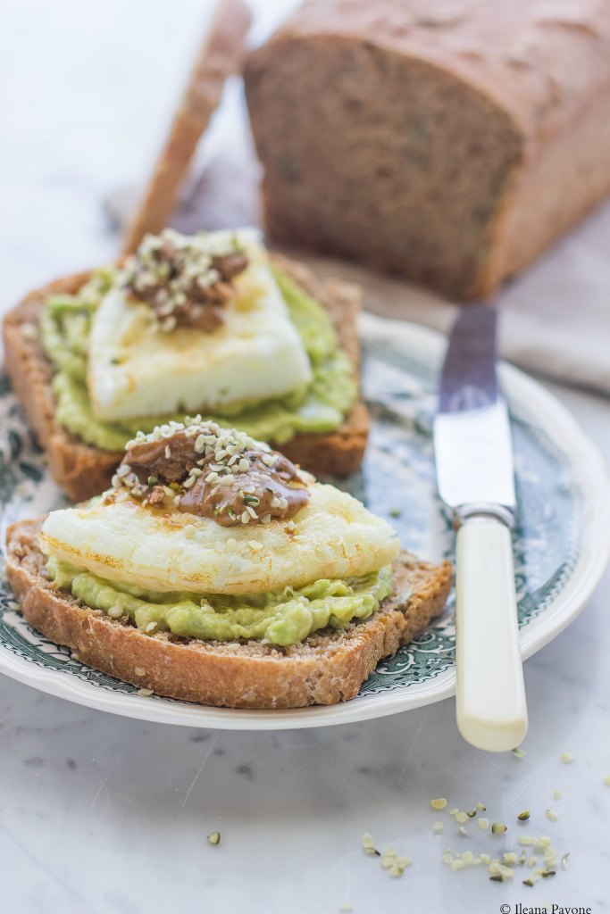 Toast con avocado, albumi e burro di nocciole
